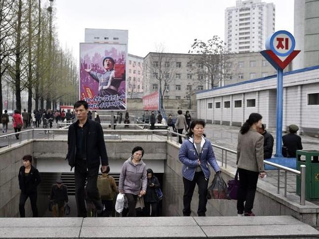 Những bức ảnh hiếm hoi chụp ở ga tàu điện ngầm Triều Tiên - ảnh 6