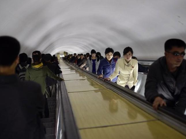 Những bức ảnh hiếm hoi chụp ở ga tàu điện ngầm Triều Tiên - ảnh 5