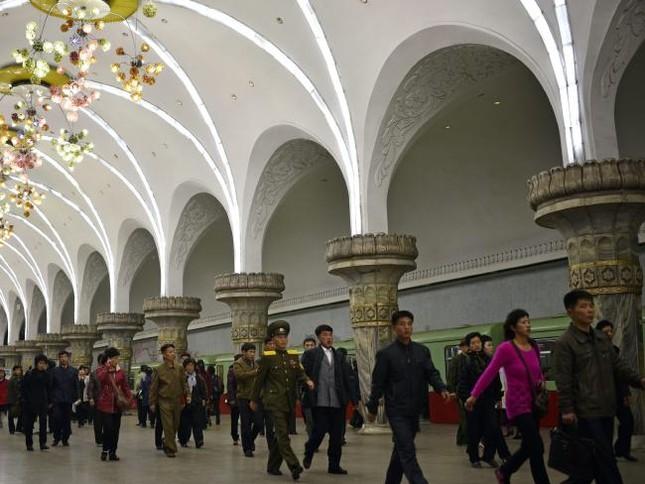 Những bức ảnh hiếm hoi chụp ở ga tàu điện ngầm Triều Tiên - ảnh 3