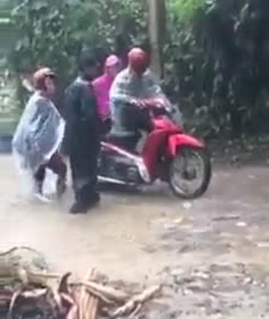 Yên Bái: Thót tim nhìn giáo viên vùng cao vượt lũ dữ đến trường - ảnh 1