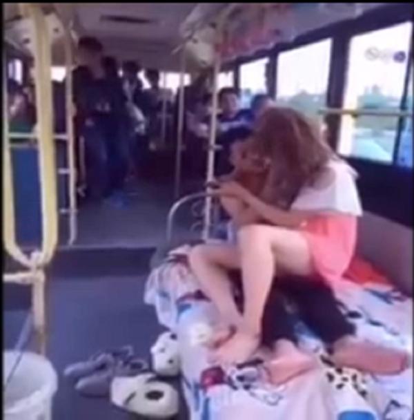 'Nóng mặt' cảnh thanh niên vô tư 'sàm sỡ' người yêu trên xe bus  - ảnh 1