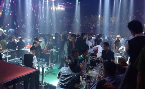Hơn 300 khách 'chơi bar' chạy tán loạn vì cảnh sát đột kích - ảnh 1