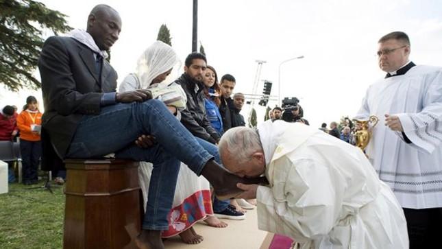 Nghi lễ 'rửa chân' đặc biệt trong lễ Phục Sinh - ảnh 1