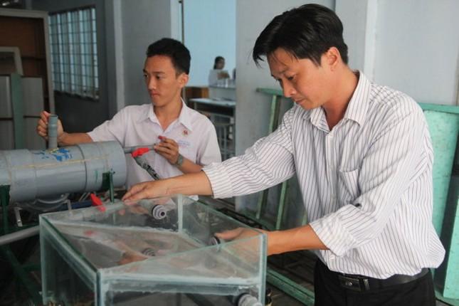 Nam sinh lớp 11 chế tạo thành công máy lọc nước mặn thành ngọt - ảnh 1