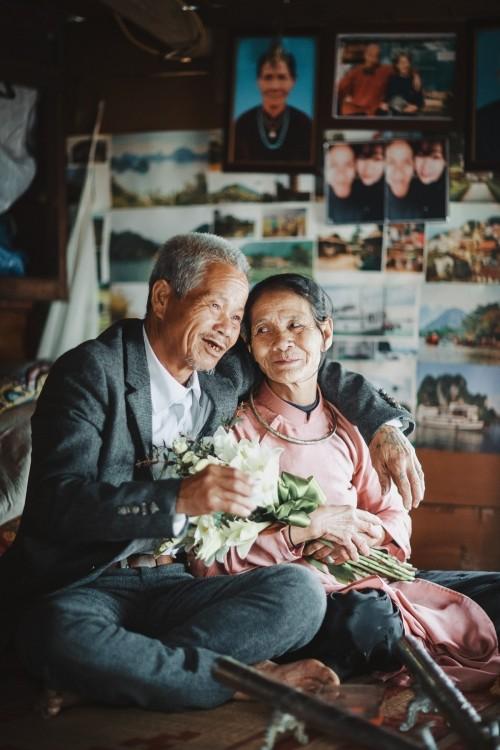 Nghẹn ngào với 'đám cưới cổ tích' của hai ông bà lão nhặt rác  - ảnh 1