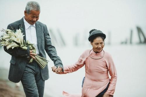 Nghẹn ngào với 'đám cưới cổ tích' của hai ông bà lão nhặt rác  - ảnh 4