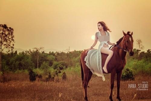 Lộ danh tính cô gái chụp ảnh 'hở bạo' bên ngựa - ảnh 1