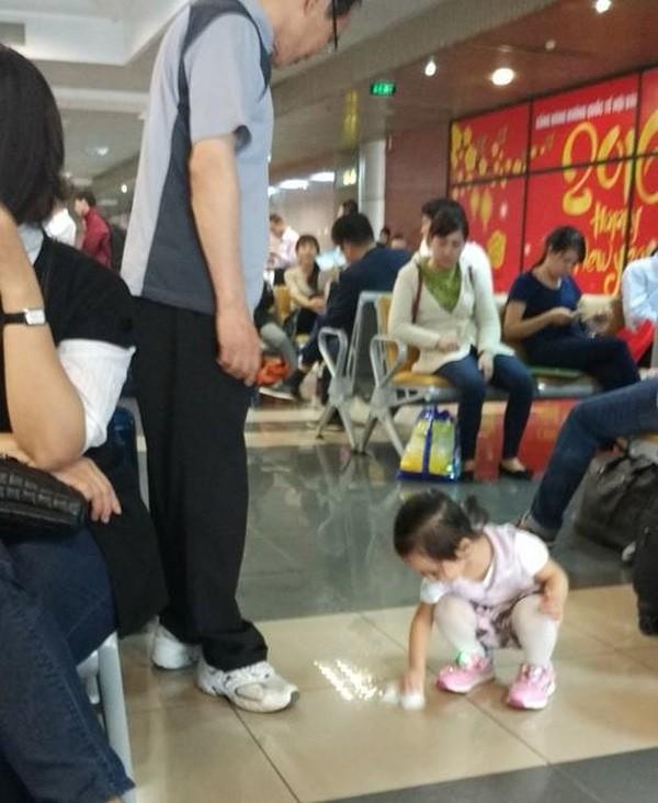Ảnh em bé lau sàn ở sân bay, ngẫm cách dạy con của người Việt - ảnh 1