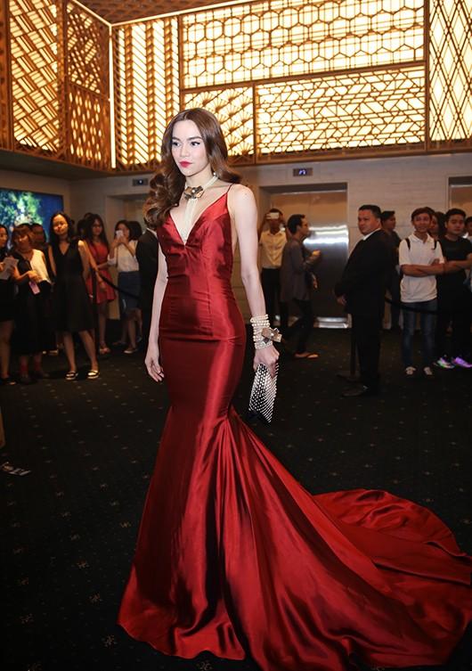 Ngọc Trinh khoe eo, Hari Won 'rủ' Hà Hồ khoe ngực trên thảm đỏ - ảnh 3