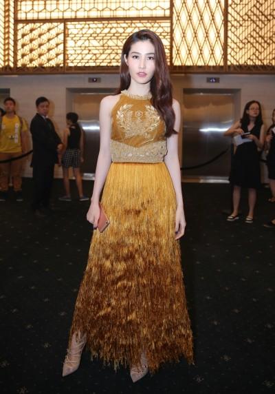 Ngọc Trinh khoe eo, Hari Won 'rủ' Hà Hồ khoe ngực trên thảm đỏ - ảnh 11