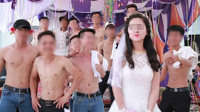 Bức ảnh cô dâu đứng giữa những chàng trai cởi trần gây 'bão' - ảnh 1