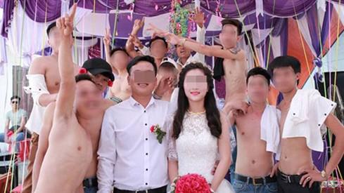 Bức ảnh cô dâu đứng giữa những chàng trai cởi trần gây 'bão' - ảnh 4
