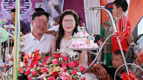 Bức ảnh cô dâu đứng giữa những chàng trai cởi trần gây 'bão' - ảnh 3