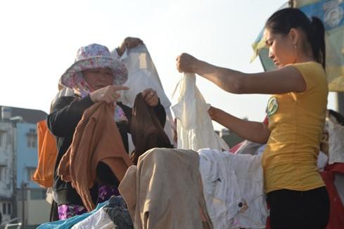 'Quầy quần áo miễn phí' ấm tình người ở Sài Gòn - ảnh 5