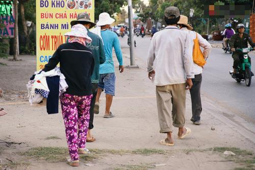 'Quầy quần áo miễn phí' ấm tình người ở Sài Gòn - ảnh 6