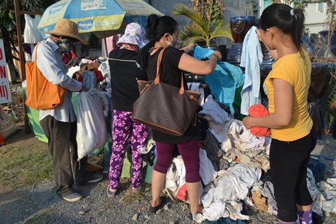 'Quầy quần áo miễn phí' ấm tình người ở Sài Gòn - ảnh 2
