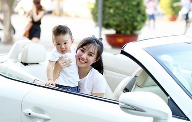 Vy Oanh cùng con trai diện style cực chất lái xế sang đi dạo - ảnh 1