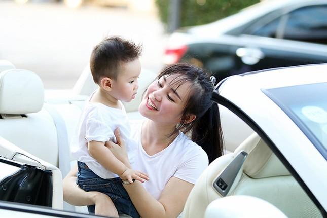 Vy Oanh cùng con trai diện style cực chất lái xế sang đi dạo - ảnh 2