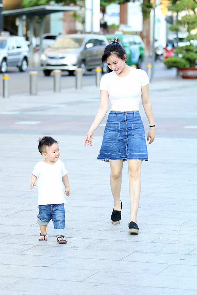 Vy Oanh cùng con trai diện style cực chất lái xế sang đi dạo - ảnh 9