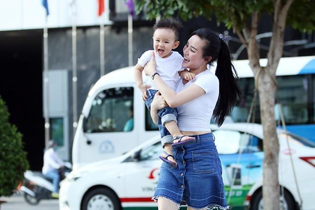 Vy Oanh cùng con trai diện style cực chất lái xế sang đi dạo - ảnh 7
