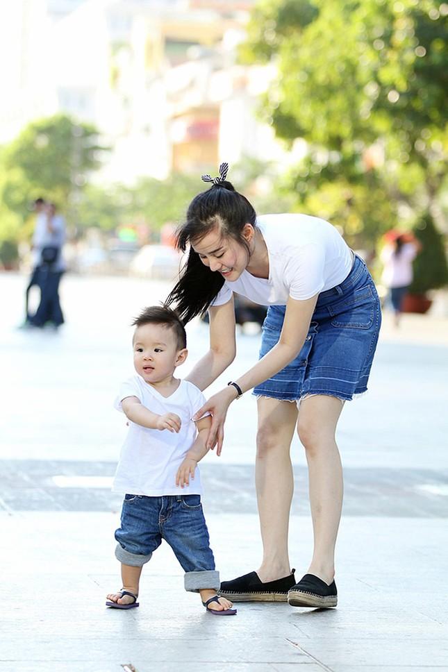 Vy Oanh cùng con trai diện style cực chất lái xế sang đi dạo - ảnh 6