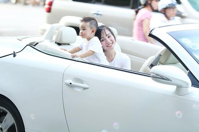 Vy Oanh cùng con trai diện style cực chất lái xế sang đi dạo - ảnh 4