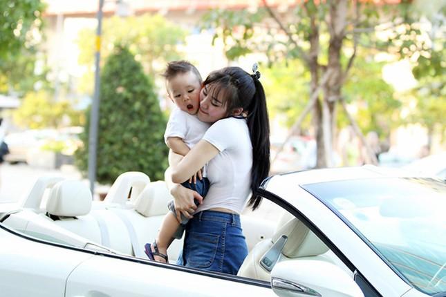 Vy Oanh cùng con trai diện style cực chất lái xế sang đi dạo - ảnh 3