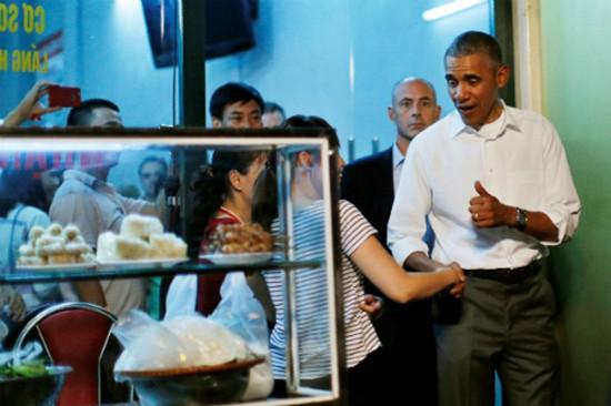 Quán bún chả Hà Nội đông nghịt khách sau khi Obama ghé ăn - ảnh 3