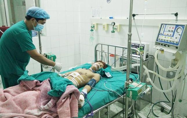Sửa đèn pin Trung Quốc, nam sinh bị thủng ruột - ảnh 1