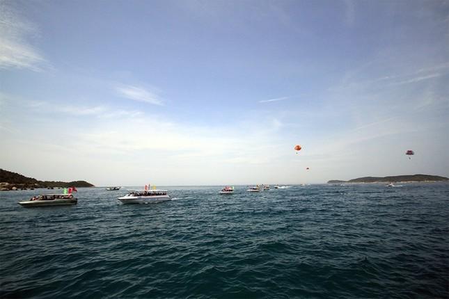 Gần 50 canô diễu hành trên biển Cù Lao Chàm - ảnh 1