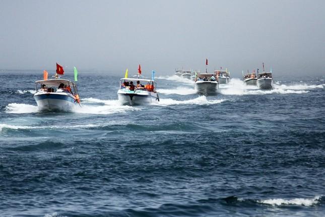 Gần 50 canô diễu hành trên biển Cù Lao Chàm - ảnh 2