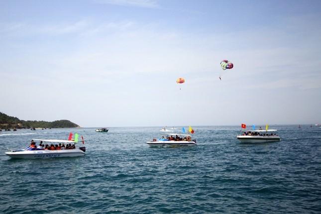 Gần 50 canô diễu hành trên biển Cù Lao Chàm - ảnh 3