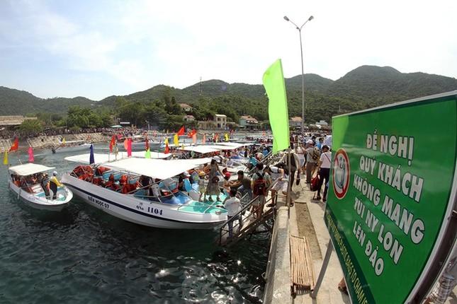 Gần 50 canô diễu hành trên biển Cù Lao Chàm - ảnh 7