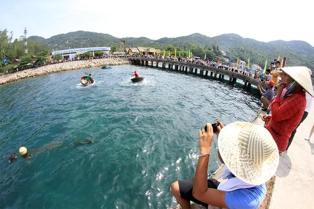 Gần 50 canô diễu hành trên biển Cù Lao Chàm - ảnh 8