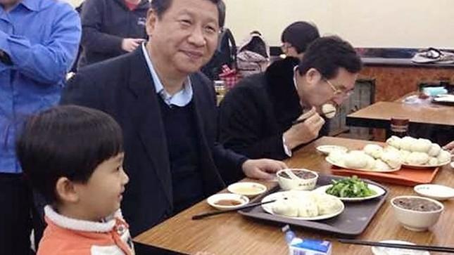 Những nguyên thủ quốc gia từng ăn quán bình dân - ảnh 7