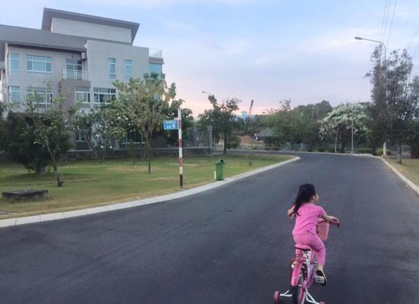 Thủy Tiên bị chỉ trích vì để con gái vứt bỏ xe giữa đường - ảnh 4