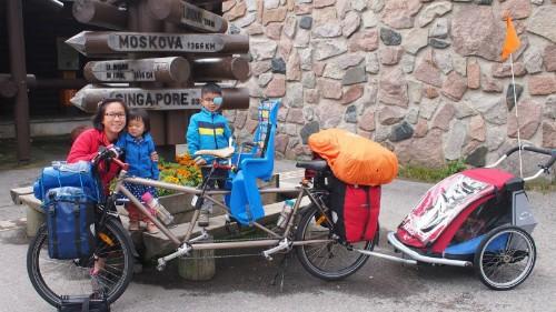 Cặp vợ chồng Singapore bỏ việc, đạp xe đưa con đi chơi 2 châu lục - ảnh 1