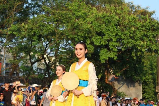 Thiếu nữ Hàn Quốc xinh đẹp 'gây sốt' trong Festival Huế là ai? - ảnh 2
