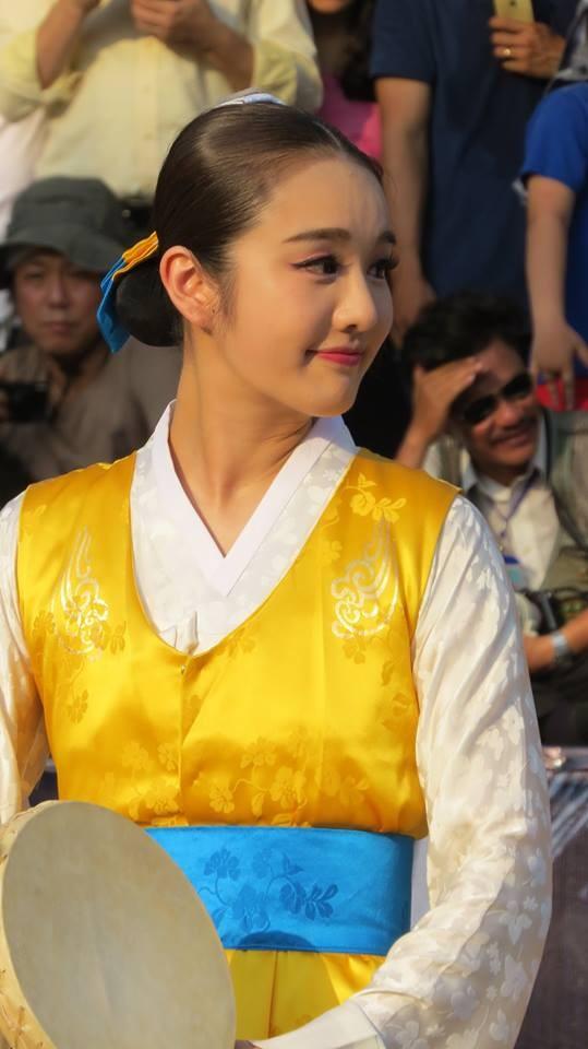 Thiếu nữ Hàn Quốc xinh đẹp 'gây sốt' trong Festival Huế là ai? - ảnh 1