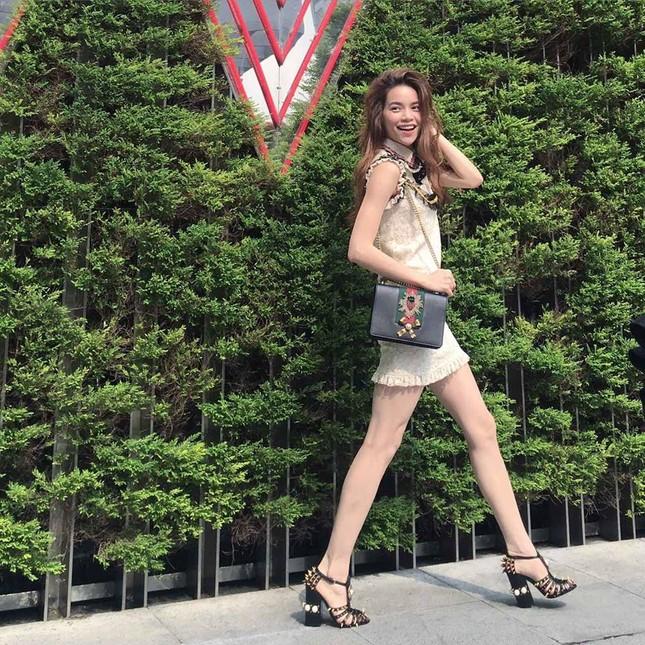 Hồ Ngọc Hà 'quấn' cây hàng hiệu 150 triệu dạo phố ở Đài Loan - ảnh 2