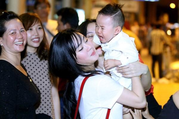 Vy Oanh 'nổi đóa' vì dư luận bàn tán chuyện làm mẹ đơn thân - ảnh 1