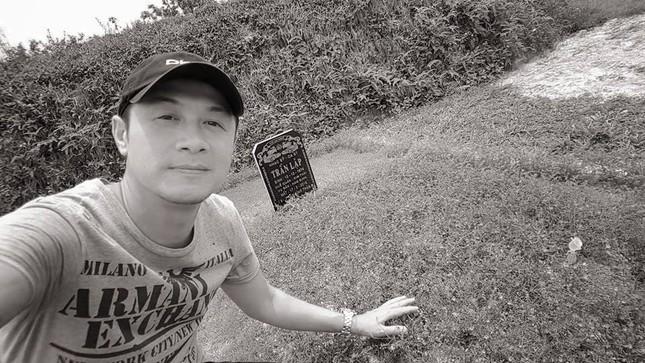 MC Anh Tuấn bên mộ Trần Lập... selfie cùng nhau như ngày xưa - ảnh 1