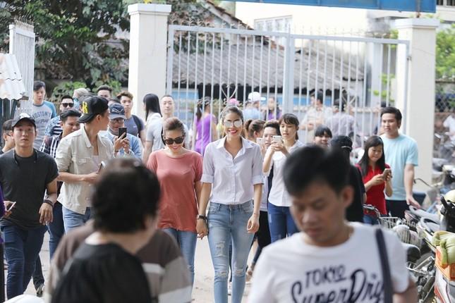 Hoa hậu Thu Hoài, Phạm Hương bê gạo, thuốc... tặng người nghèo - ảnh 2