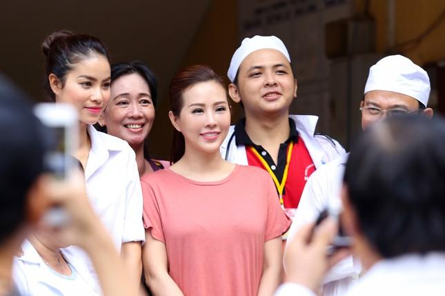 Hoa hậu Thu Hoài, Phạm Hương bê gạo, thuốc... tặng người nghèo - ảnh 4