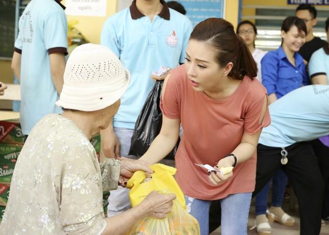 Hoa hậu Thu Hoài, Phạm Hương bê gạo, thuốc... tặng người nghèo - ảnh 7