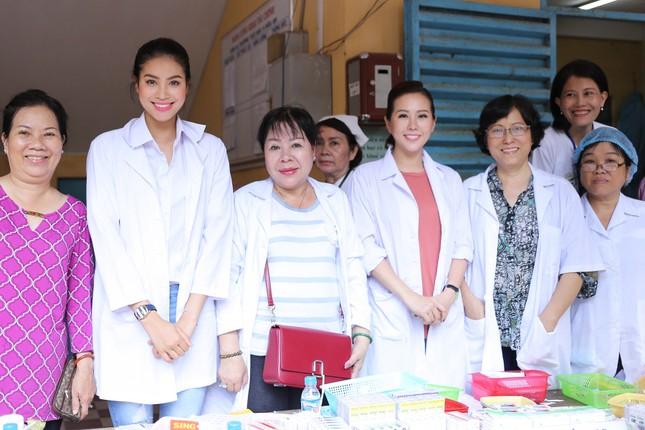 Hoa hậu Thu Hoài, Phạm Hương bê gạo, thuốc... tặng người nghèo - ảnh 6