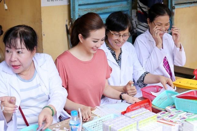 Hoa hậu Thu Hoài, Phạm Hương bê gạo, thuốc... tặng người nghèo - ảnh 5