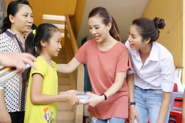 Hoa hậu Thu Hoài, Phạm Hương bê gạo, thuốc... tặng người nghèo - ảnh 8