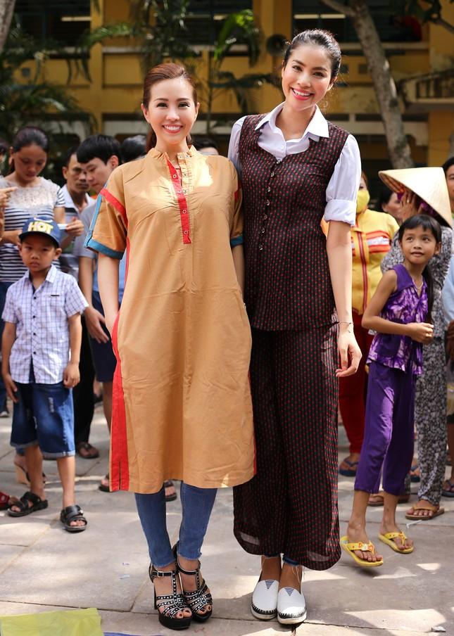 Hoa hậu Thu Hoài, Phạm Hương bê gạo, thuốc... tặng người nghèo - ảnh 10