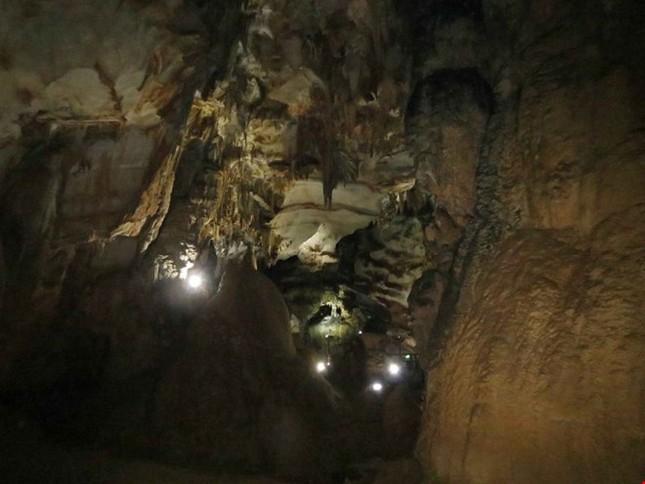 Xuyên qua đá vôi trong lòng hang Thiên Đường - ảnh 2